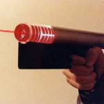 Les policiers anglais avec des pistolets laser